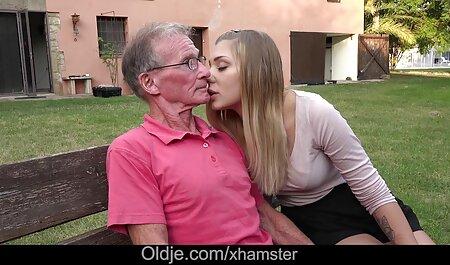 De man heeft blond in een roze rok in zijn mond, en de volgende dag roostert ze gratis lesbische sexfilm te paard.